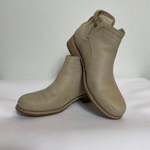 Cat Caterpillar ankle boots beige